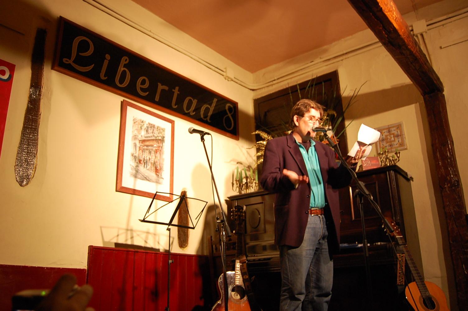 Luis García Montero en la presentación en el Café Libertad de El rio de los ojos