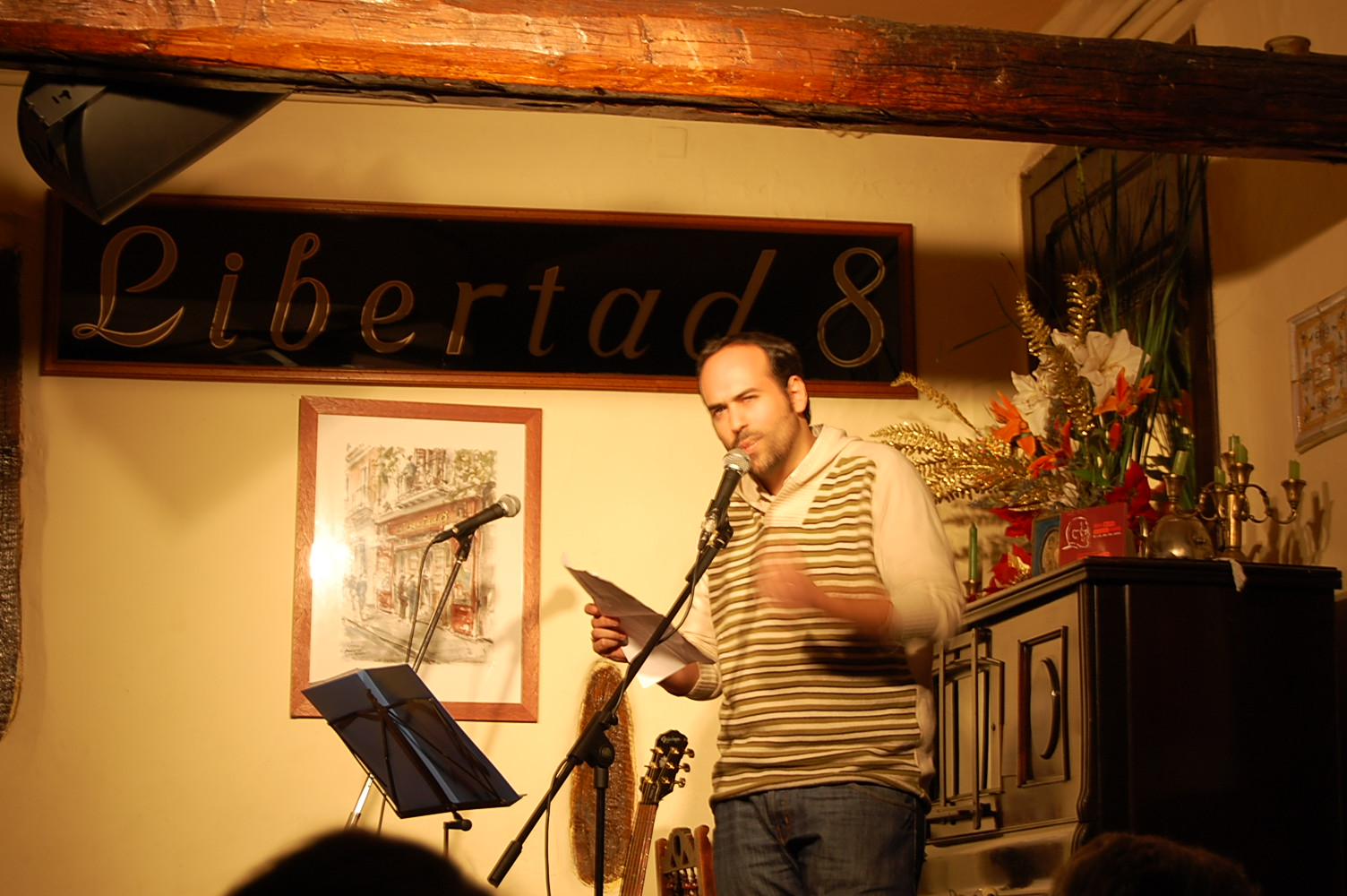 Victor Alfaro en la presentación en el Café Libertad 8