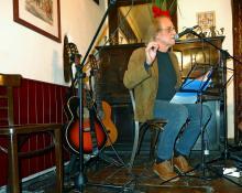 Luis Eduardo Aute, poeta invitado en la inauguración de la cuarta temporada de Versos sobre el Pentagrama en Café Libertad 8